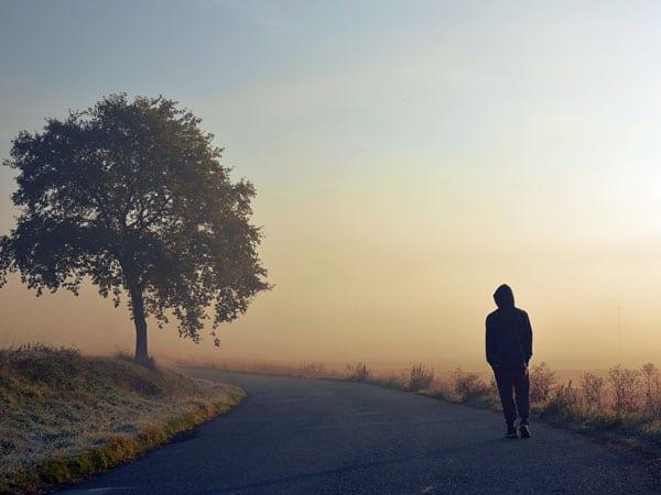 Lang thang một mình vô định trên con đường