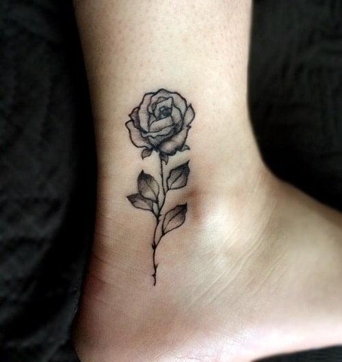 Mẫu hình xăm bông hồng ở chân