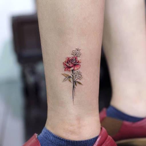 Mẫu tatoo bông hồng nhỏ ở chân