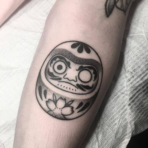 Mẫu tattoo daruma đen trắng cho phái đẹp