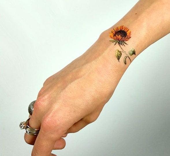 Mẫu tattoo hướng dương trên cổ tay xinh xắn
