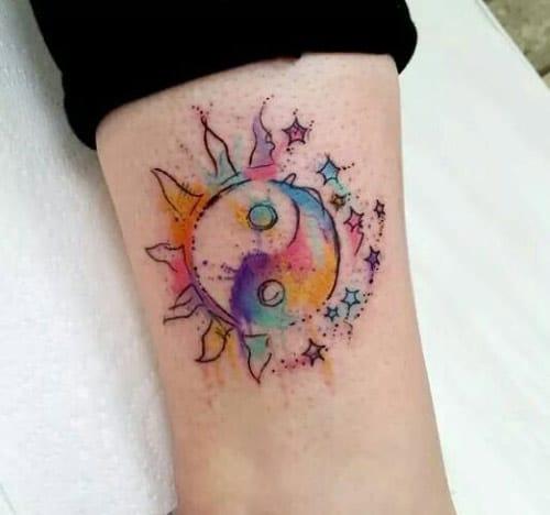 Mẫu tattoo mặt trời ngọt ngào với nhiều màu sắc pha trộn vào nhau