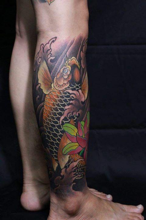 Mẫu xăm cá chép hoa sen ở bắp chân ý nghĩa