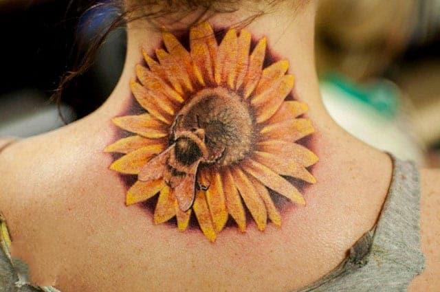 Mẫu xăm chú ong đang hút mật trên hoa hướng dương xuất sắc