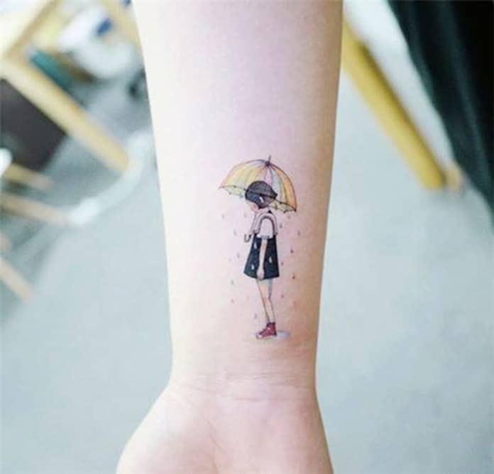 Mẫu xăm cô gái nhỏ đang cầm ô đi