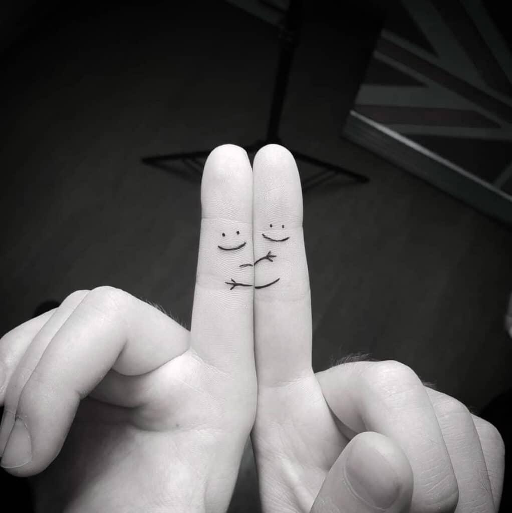 Mẫu xăm mini nhỏ xinh và đơn giản ở hai ngón tay cho phái nữ