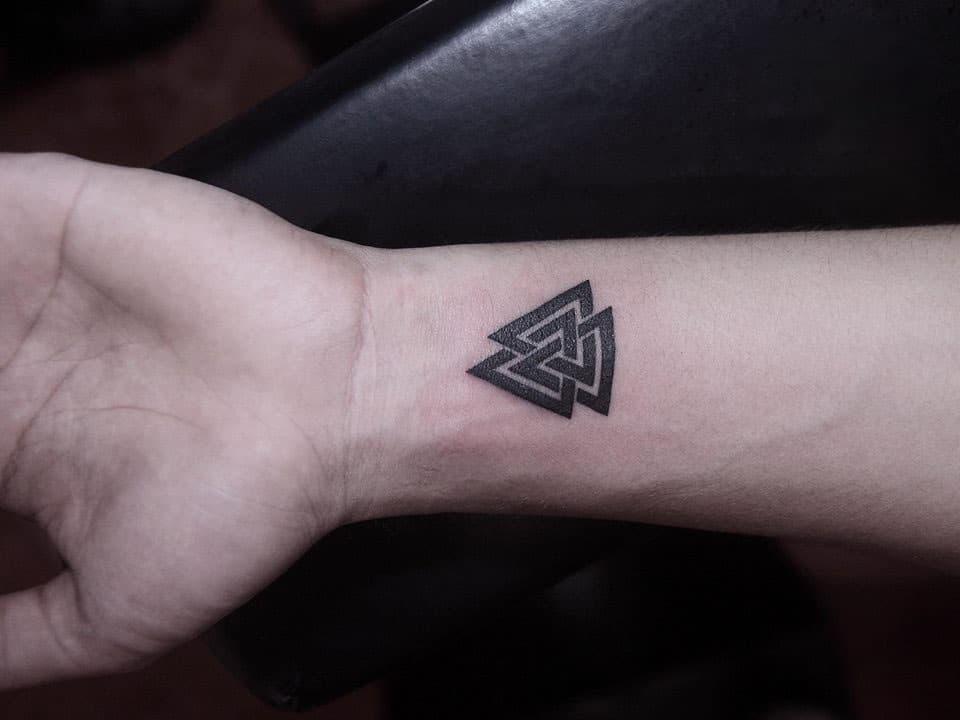 Mẫu xăm tam giác trên cổ tay cho nam