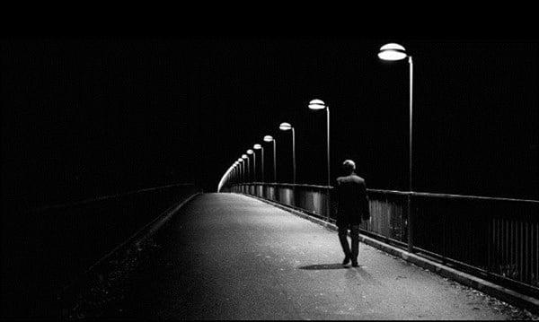 Một mình bước trong đêm tối buồn tủi