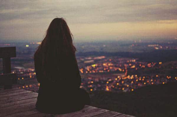 Một mình ngồi cô đơn ngắm phố phường nhộn nhịp