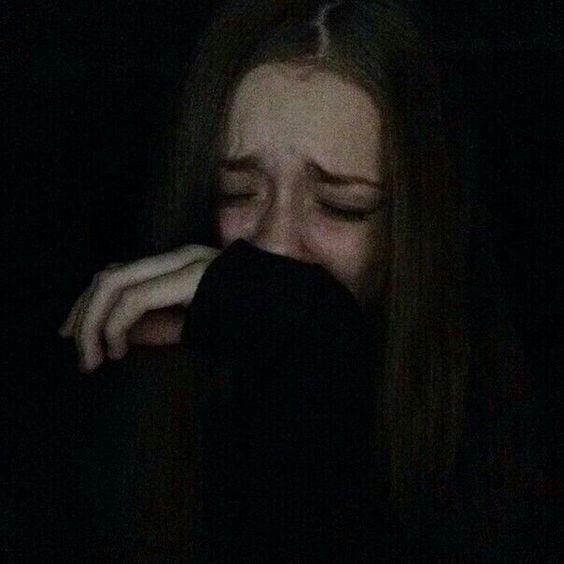 Ngồi khóc một mình thầm lặng và đau khổ