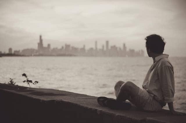 Ngồi nhìn đời lặng trôi