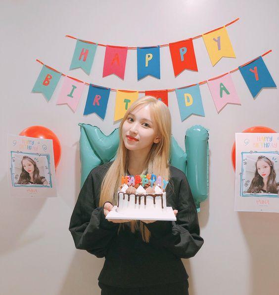 Người đẹp cười xinh đang chào đón sinh nhật của mình