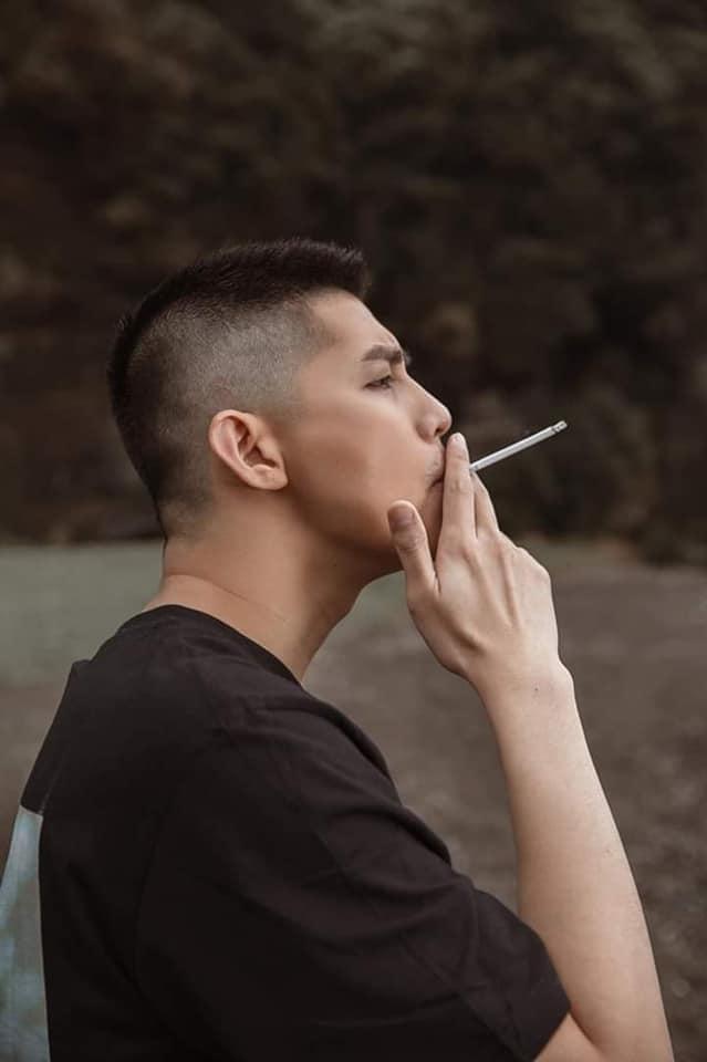 Tấm hình chàng trai cô đơn chỉ có thể làm bạn với thuốc lá