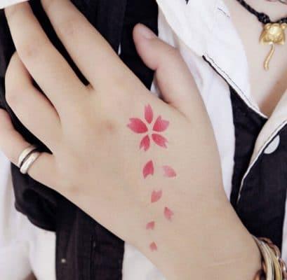 Tattoo cánh hoa rơi độc đáo dành cho phái đẹp