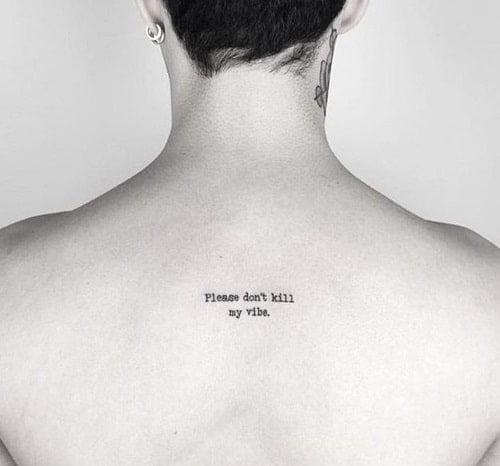 Tattoo chữ nhỏ cho nam phía sau lưng