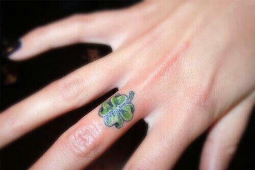 Tattoo cỏ 4 lá ở ngón tay độc đáo