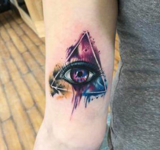 Tattoo con mắt tam giác với màu sắc và kiểu dáng ấn tượng