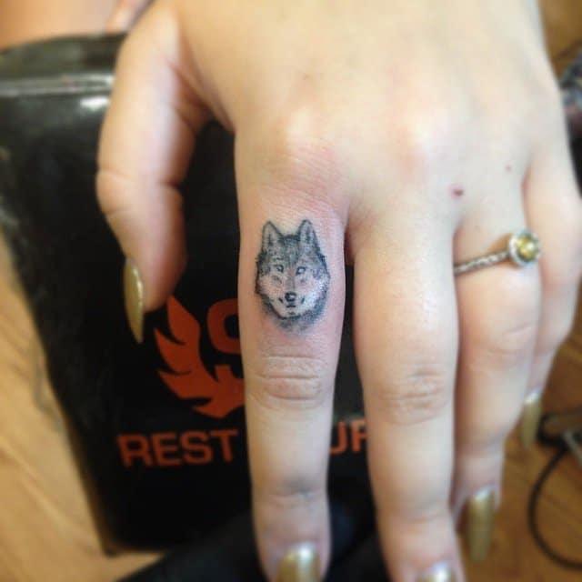Tattoo đầu sói đơn giản ở ngón tay