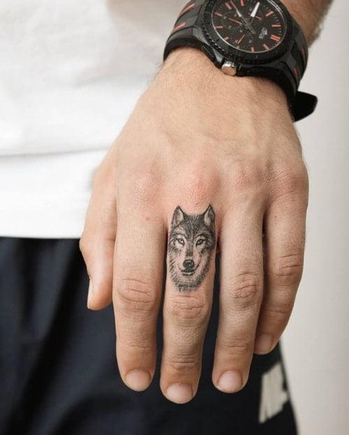 Tattoo đầu sói ở ngón tay cuốn hút