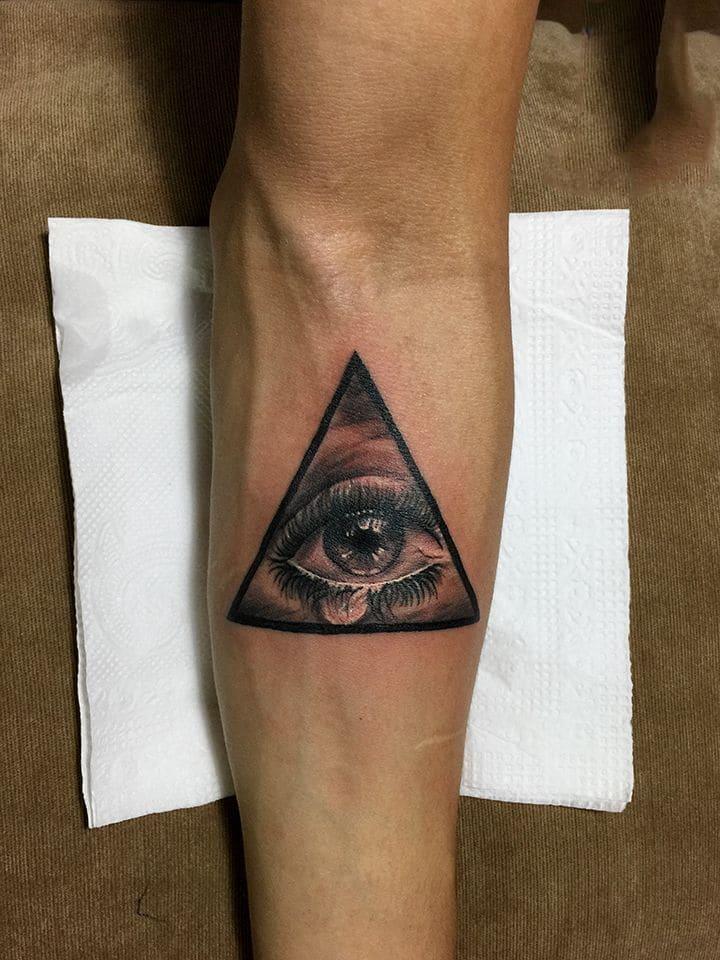 Tattoo đôi mắt nhỏ và cuốn hút