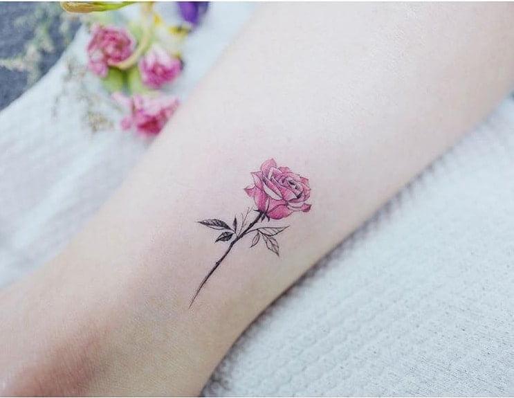 Tattoo hoa hồng nhỏ dịu dàng