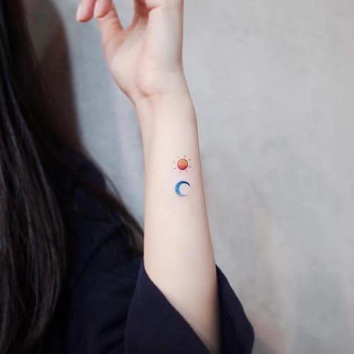 Tattoo mặt trời và mặt trăng nhỏ ở cổ tay cho phái đẹp
