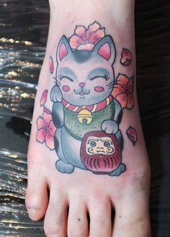 Tattoo mèo thần tài và Daruma trên bàn chân