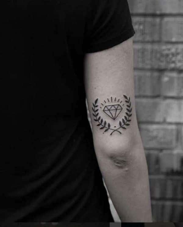 Tattoo nhỏ ở bắp tay đẹp cho nam