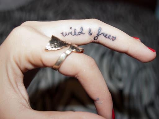 Tattoo xăm chữ đẹp ở ngón tay nữ