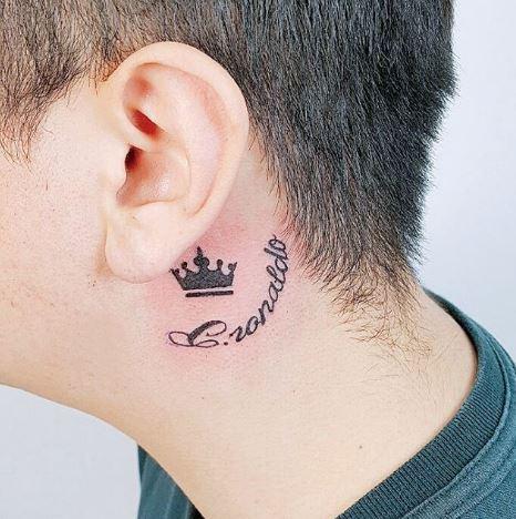 Tattoo xăm chữ ở cổ cho nam