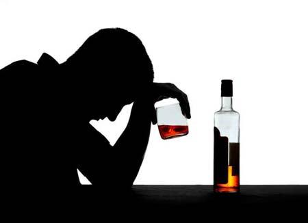 Uống rượu một mình với tâm trạng buồn