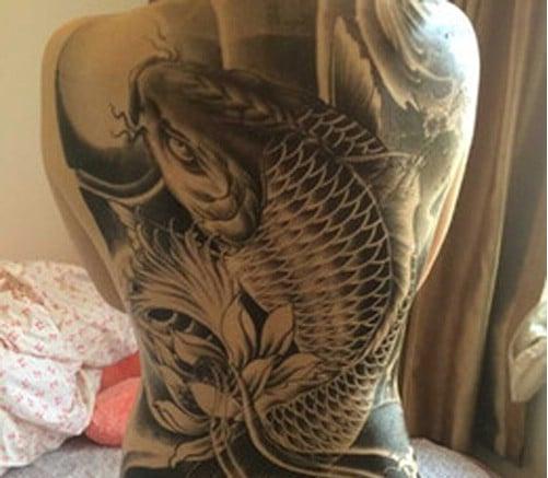 Xăm cá chép đen trắng kín lưng cho nữ