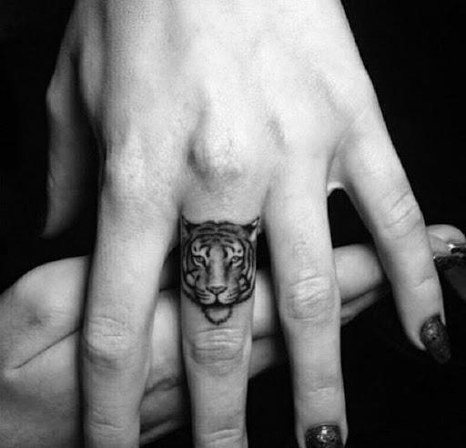 Xăm hình hổ mini ở ngón tay chất lừ cho nam và nữ