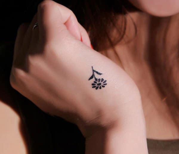 Xăm hình hoa hướng dương nhỏ trên bàn tay