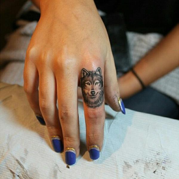 Xăm hình sói nhỏ ở ngón tay