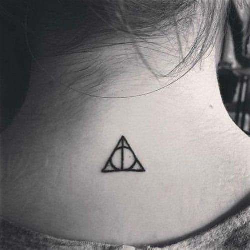 Xăm hình tam giác sau gáy nhỏ gọn và đơn giản