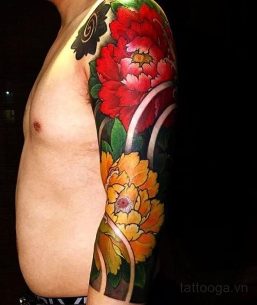 Xăm mẫu đơn có màu lên cánh tay cho nam