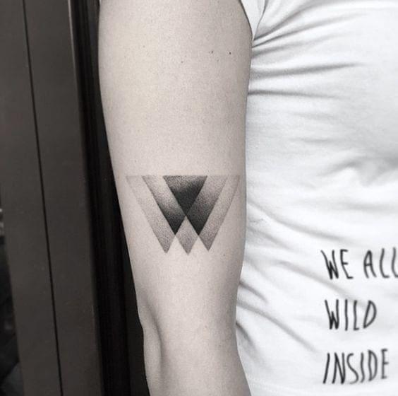 ảnh tattoo hình tam giác đơn giản nhưng cực chất