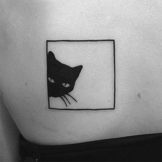 ảnh tattoo mèo đen ở lưng