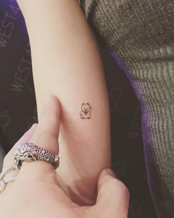 ảnh tattoo mèo thần tài mini đẹp chất ở cánh tay