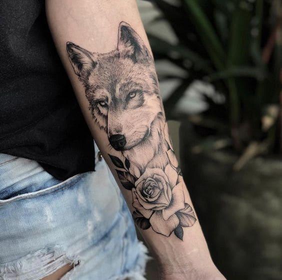 chó sói ngắm hoa hồng xăm ở tay
