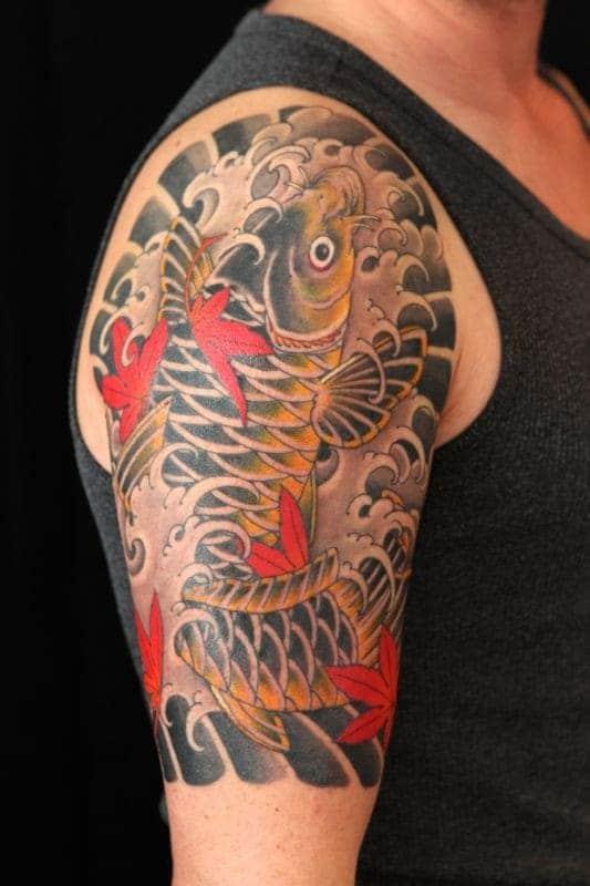 hình ảnh xăm tattoo ở bắp tay hình cá chép hoa sen
