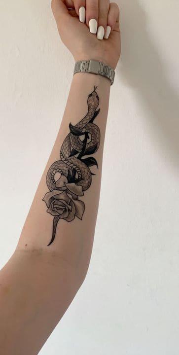 hình rắn quấn hoa ở cánh tay
