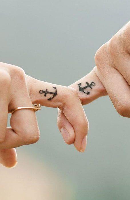 hình tattoo mỏ neo mini ở ngón tay