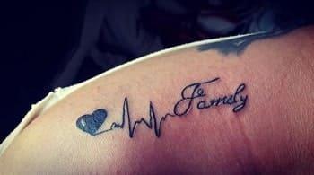 hình tattoo nhịp tim chữ family trên vai