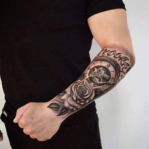hình xăm đồng hồ la mã và hoa hồng cá tính ở cánh tay