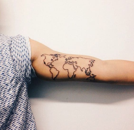 hình xăm ở bắp tay trong hình bản đồ