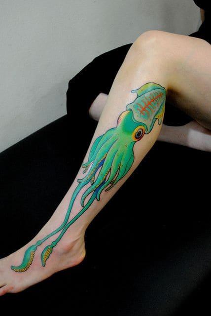kiểu tattoo trên bắp chân hình con mực