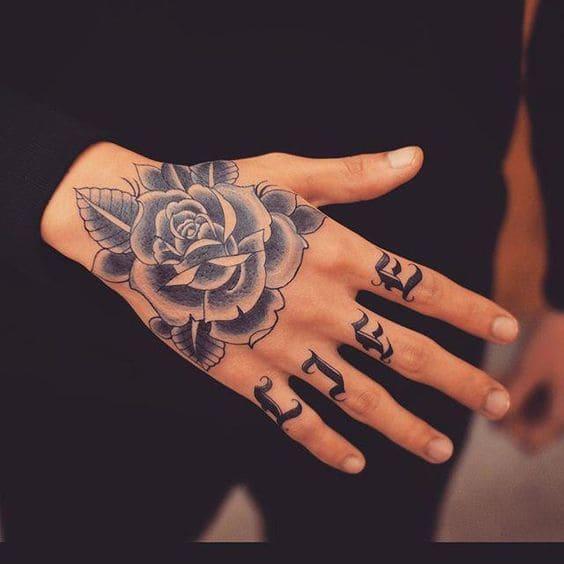 kiểu xăm hoa hồng trắng đen đẹp ở mu bàn tay