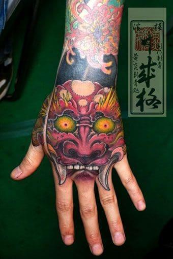 kiểu xăm mặt quỷ kinh dị ở mu bàn tay